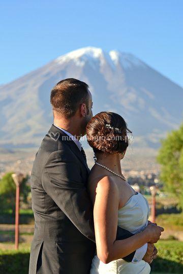 Dos novios mirando el volcán