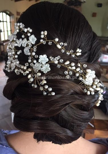 Peinado con tiara, en stock