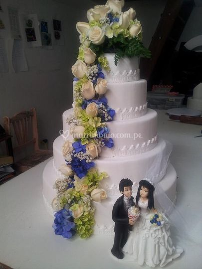 Torta azul con flores
