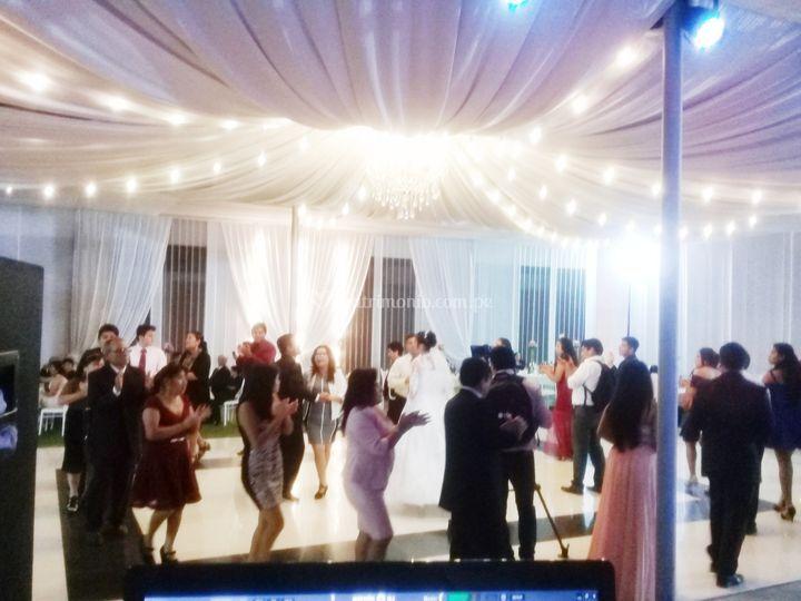 ¡Baila con los recién casados!