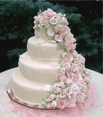 Linda torta en cascada de rosas