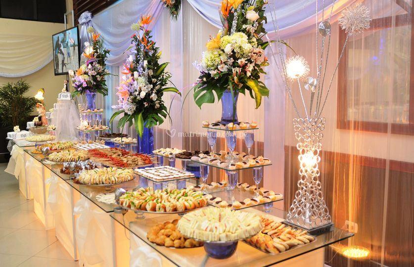 Mesa de buffets en plateado