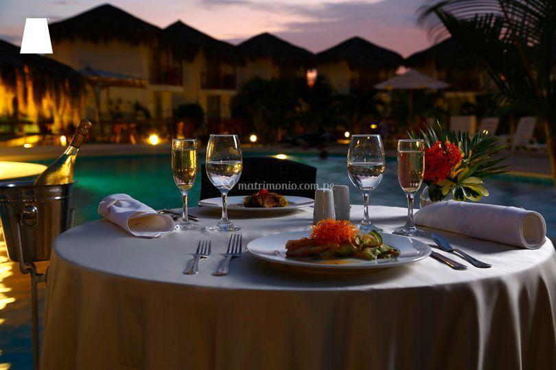 Cena romántica y vista piscina
