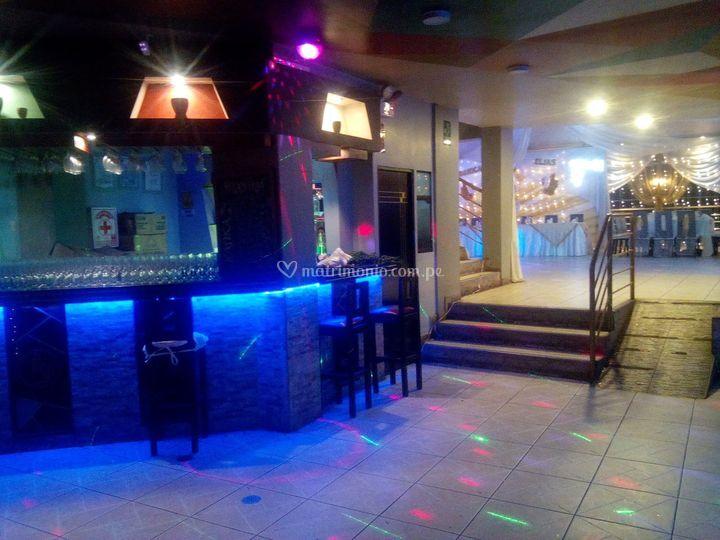 Bar iluminado y amplio