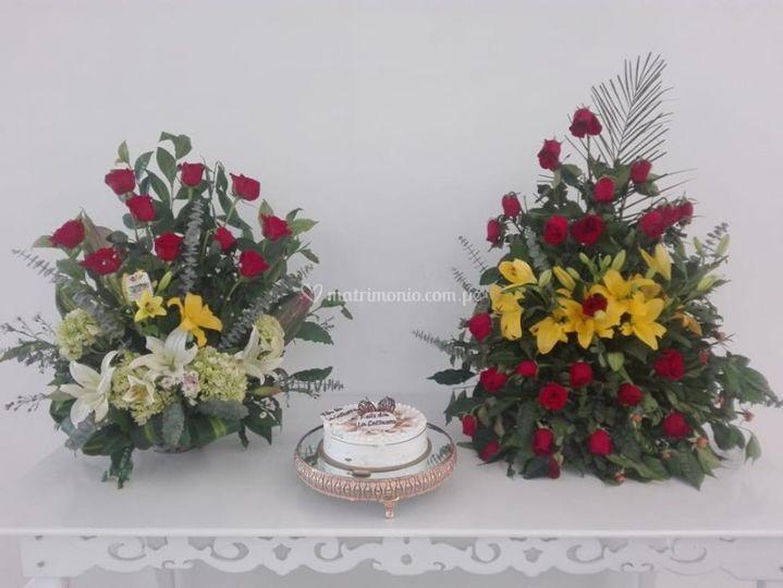 Torta y arreglo floral