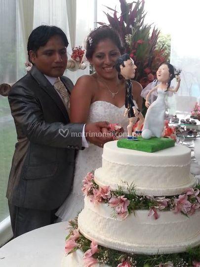 Los novios con su torta