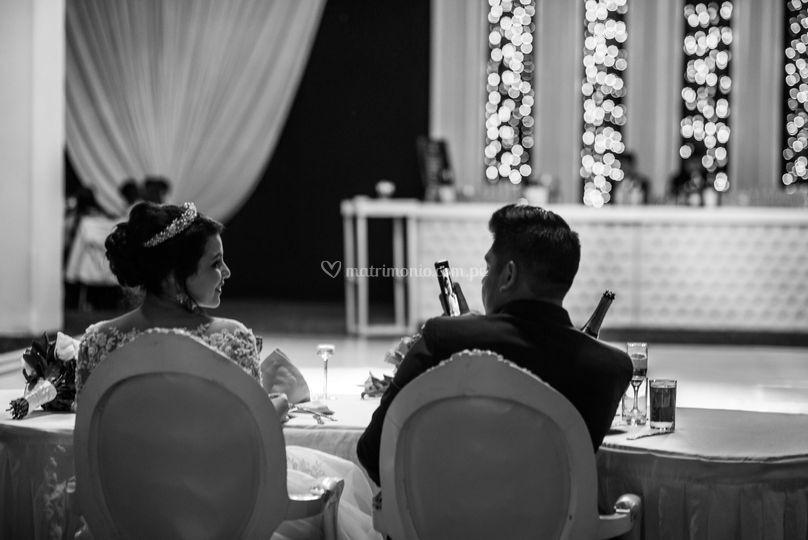 Los novios en su mesa