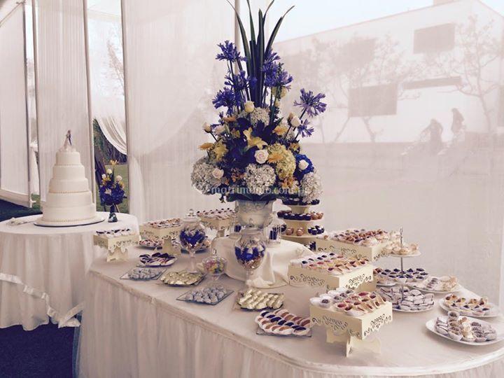 Torta y mesa de dulces