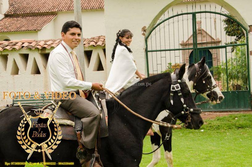 Los novios paseando en caballo