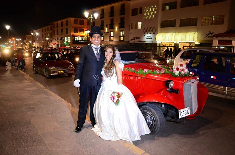 Los novios y el auto