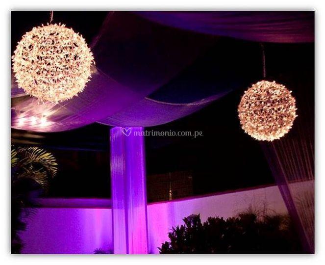 Toldo con esferas iluminadas
