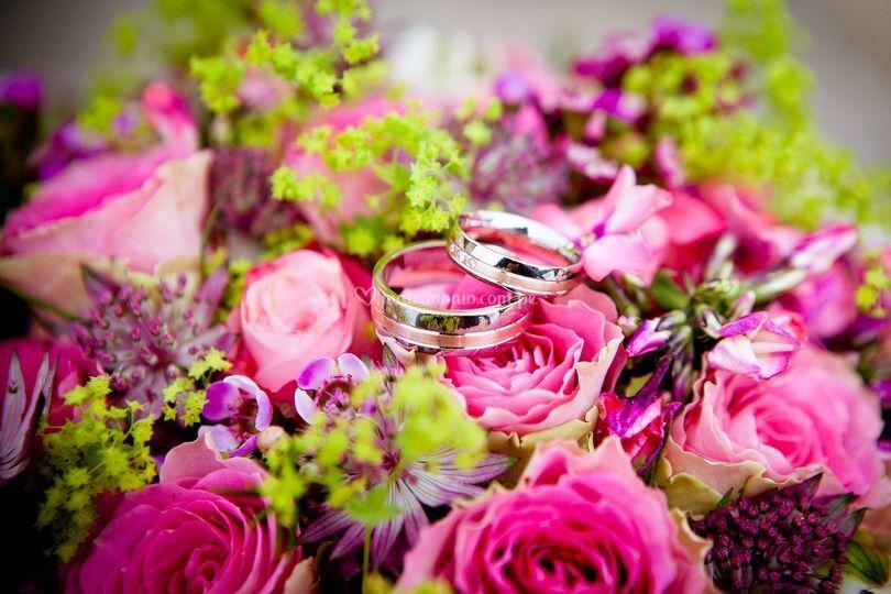 Arreglo floral y anillos