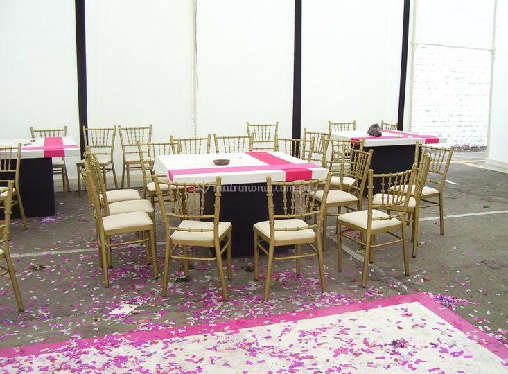 Mesas chinas y sillas doradas