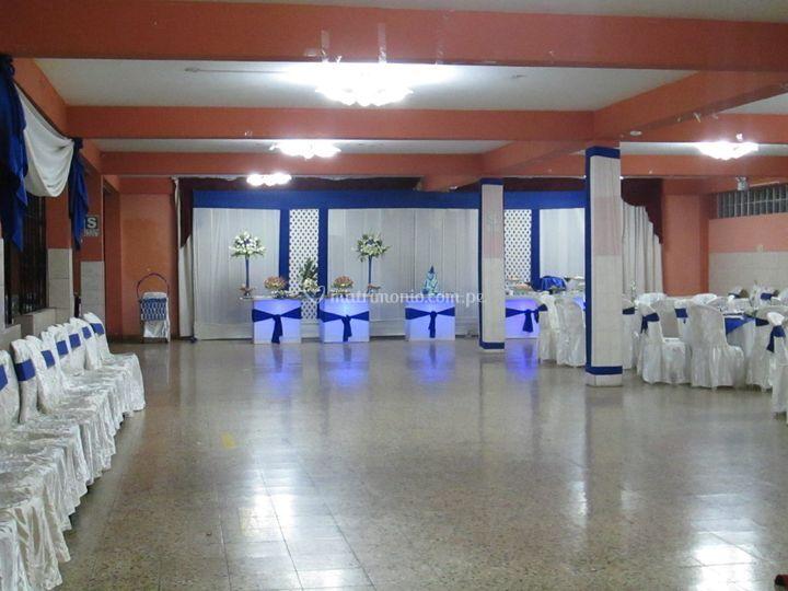 Salón amplio decorado