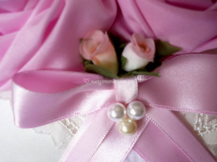 Perlas cintas y rosas