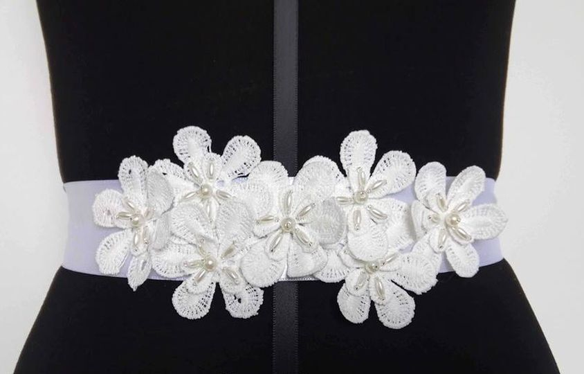 Cinturón flores blancas