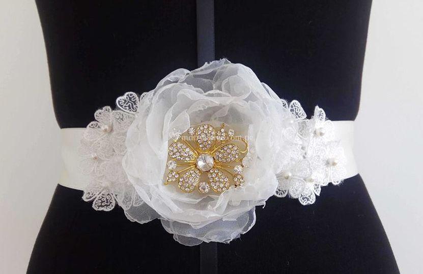 Cinturón blanco y dorado con perlas