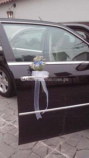 Detalles florales en el auto