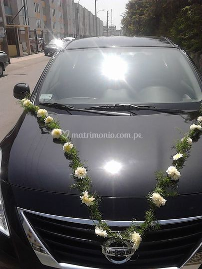 Auto decorado con motivos florales
