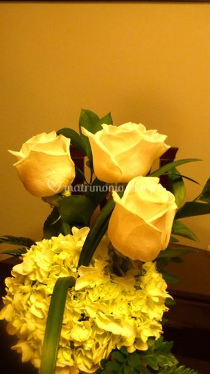 Arreglo de rosas con hortensias