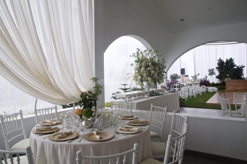 Salón, terraza y jardines