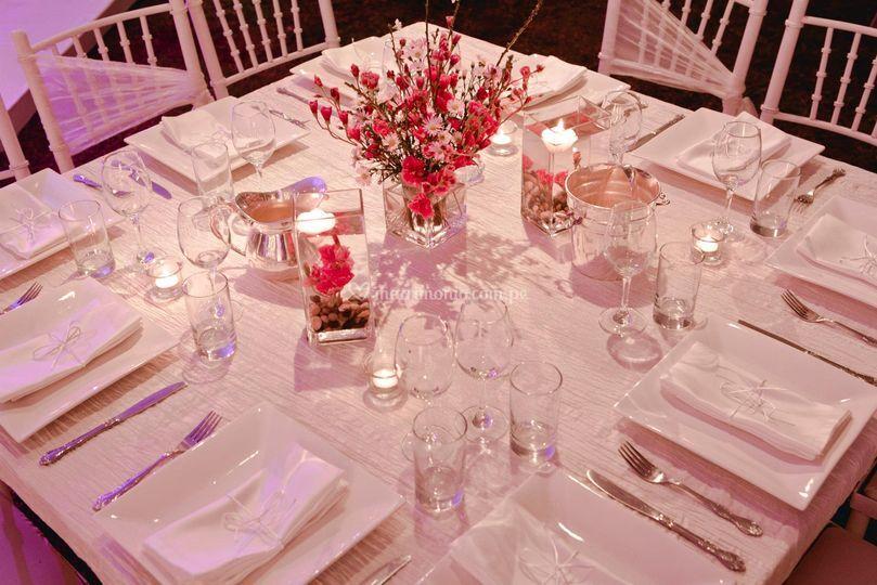 Mesa servida, platos cuadrados