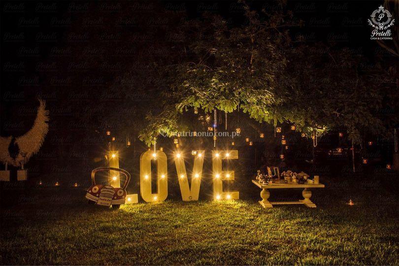 Love, letras con bombillas