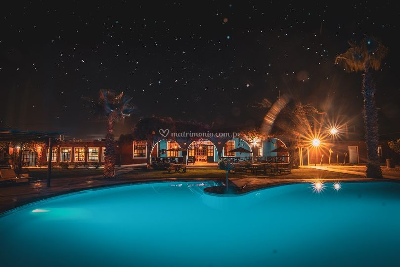 Foto nocturna en piscina