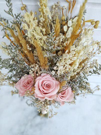 Bouquet con rosas preservadas