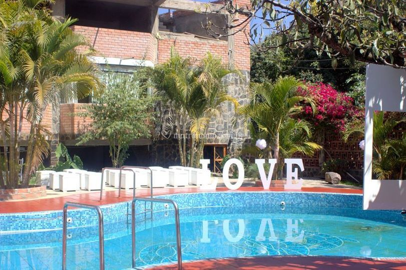 Area piscina con letras LOVE