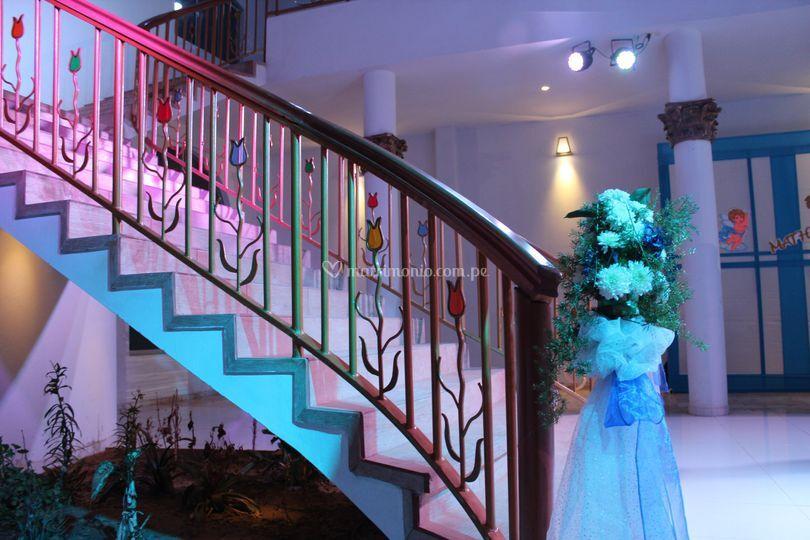 Gran escalera iluminada