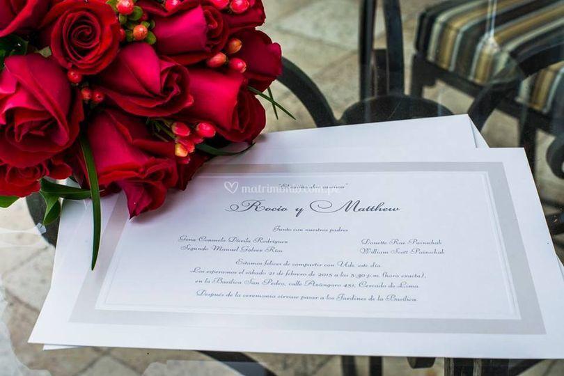 Bouquet rosas rojas e iperico