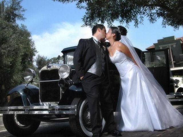 Fotos de los novios con su auto de matrimonio