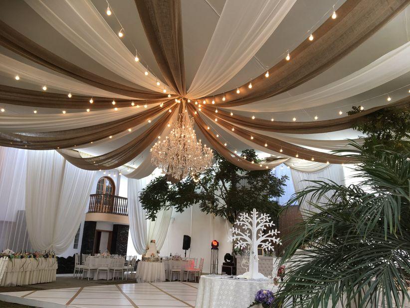Pensando en la decoraci n de local para matrimonio - Decorar paredes con telas ...