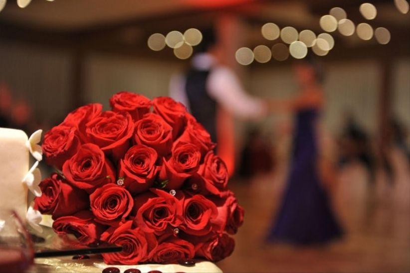 https://cdn0.matrimonio.com.pe/img_e_110777/0/7/7/7/bouquet-rojo-miriam_11_110777.jpg