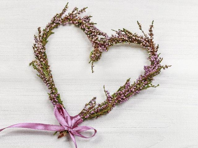 Corazones de flores DIY: el emblema del amor para su decoración de matrimonio