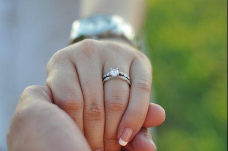Déjate seducir por los anillos de compromiso en oro blanco