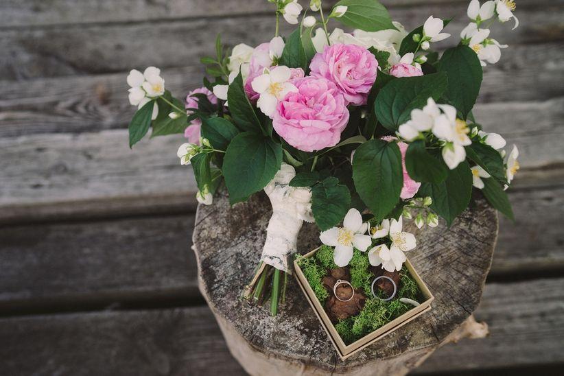 https://cdn0.matrimonio.com.pe/img_g/articulos-a-fotos/ramos/jazmin-peonias-flores-bouquet-prendido-ramo-alianzas.jpg