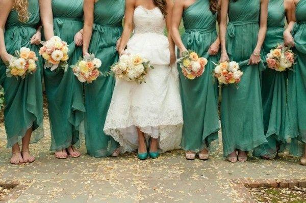 14. Los zapatos de la novia a conjunto con los vestidos de sus damas de honor