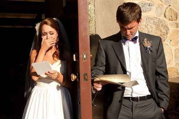 """21. Leyendo una carta de amor justo antes de darse el """"Sí, Acepto"""""""