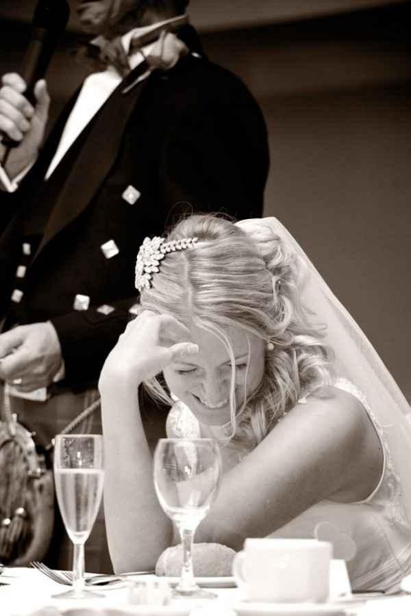 22. Una foto improvisada de la novia cuando no sabe que la están fotografiando