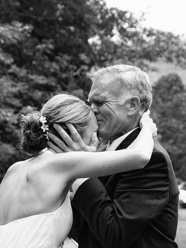 16. El beso de un padre emocionado al llevar a su hija al altar