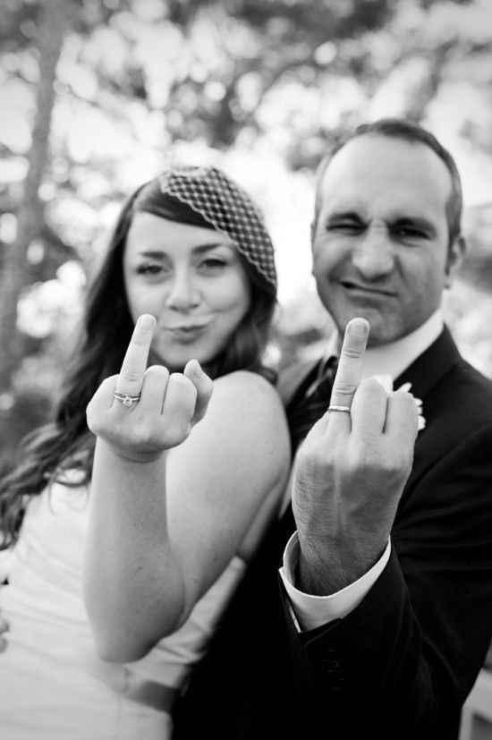 17. No es lo que parece: los novios levantan el dedo anular con sus anillos de boda