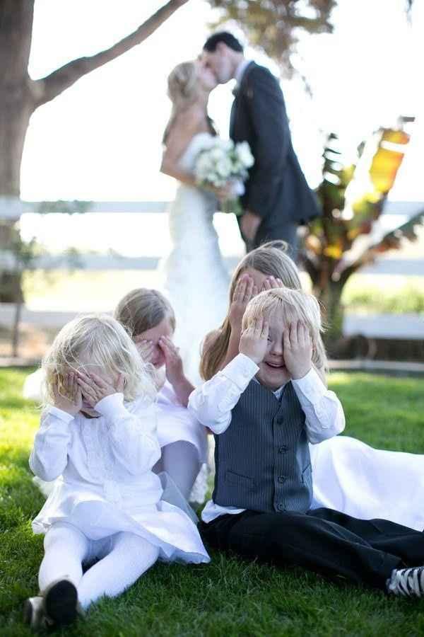 12. Un toque divertido: los pequeños se tapan los ojos ante el beso