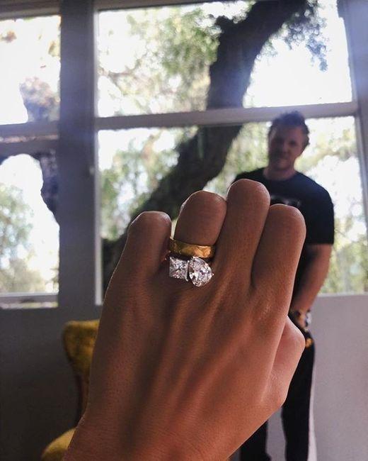 Emily Ratajkowski muestra su GRAN anillo. ¿Te gusta? 2