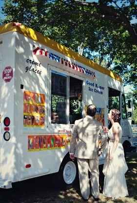 Camión de helados en lugar de mesa de postres