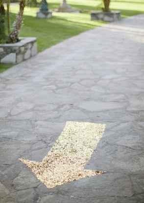 Escarcha una flecha en el camino para decorar el camino