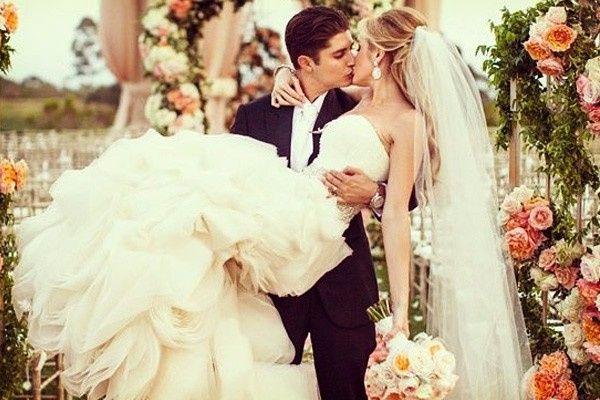 12.- El novio carga a la novia y se besan