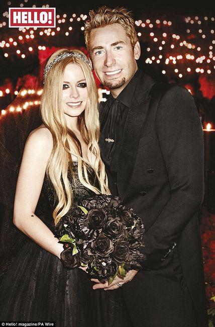 Avril Lavigne con un vestido negro de Monique Lhuillier