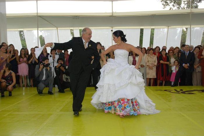 Novia bailando marinera con el padrino